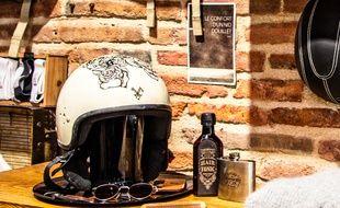 Le repose-casque Woodjee est en aluminium et fabriqué en France.