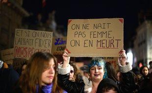 Des militantes féministes défilent contre les violences faites aux femmes, à Dijon, samedi soir.