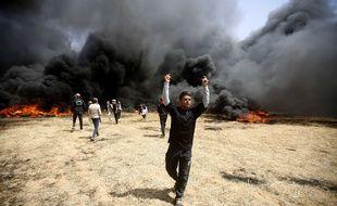 Des Palestiniens brûlent des pneus à la frontière entre la bande Gaza et Israël, vendredi 6 avril.