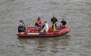 Les maitres-nageurs de la Protection civile durant la visite inaugurale de l'amenagement des berges de la Seine rive gauche