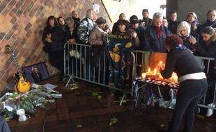 Les fans du chanteurs se sont réunis pour lui rendre hommage ce dimanche devant la patinoire Mériadeck.