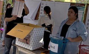 """Les élections """"incomplètes"""" de dimanche en Thaïlande ouvrent un nouveau chapitre d'incertitude politique, avec son lot de scénarios catastrophe, du coup d'Etat militaire au démantèlement judiciaire du parti au pouvoir."""
