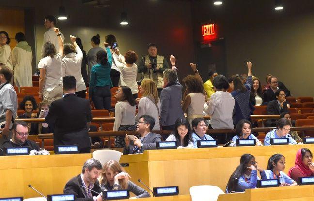 Plusieurs personnes ont protesté lors de la cérémonie de nomination d'ambassadrice pour l'ONU en faveur des femmes le 21 octobre 2016. TIMOTHY A. CLARY / AFP
