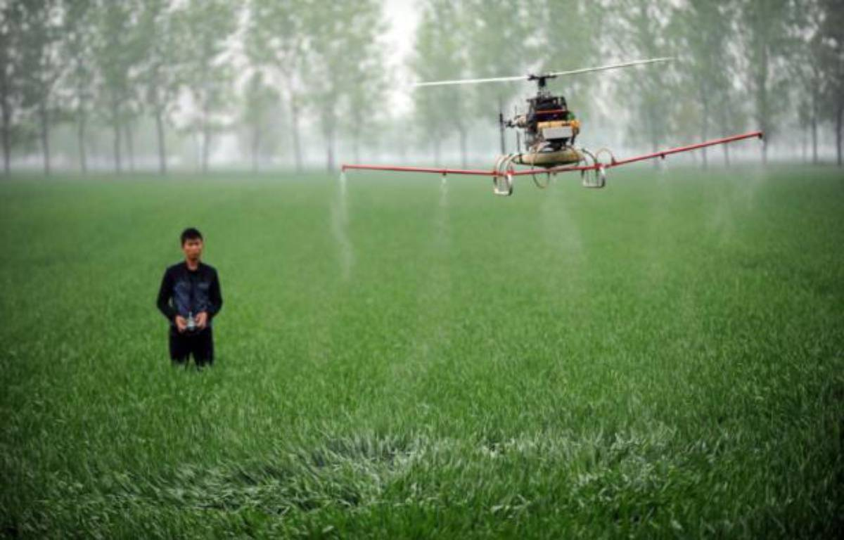 Les perturbateurs endocriniens sont présents dans de nombreux produits comme des emballages ou des pesticides, ici répandus dans une ferme en Chine – - AFP