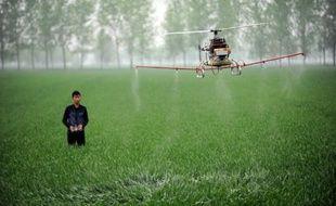 Les perturbateurs endocriniens sont présents dans de nombreux produits comme des emballages ou des pesticides, ici répandus dans une ferme en Chine