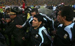 Le sélectionneur de l'Argentine, Diego Maradona, escorté à la fin du match du 10 juin 2009 face à l'Equateur (défaite 2-0), à Quito.