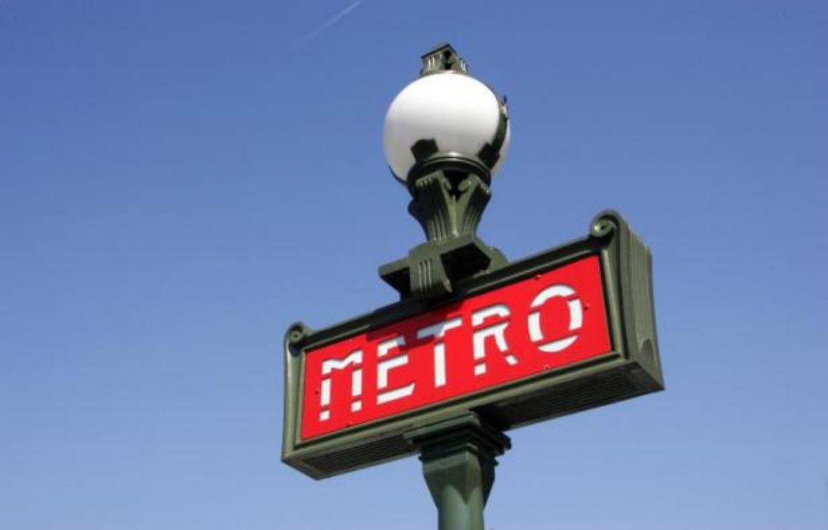 Signalisation d'une bouche de métro de la RATP –