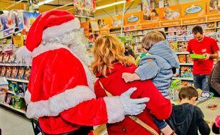 Illustration d'une famille et d'un homme déguisé en Père Noël dans un magasin de jouets.