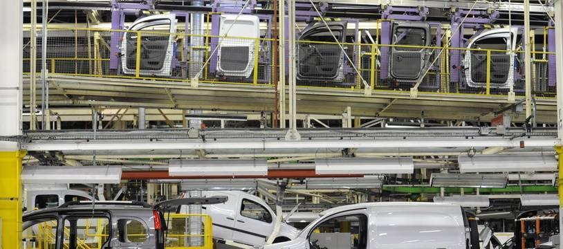 Des visiteurs dans l'usine du constructeur automobile Renault à Maubeuge, le 24 septembre 2016.