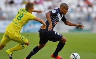 Le milieu offensif des Girondins, Wahbi Khazri, poursuivi par Valentin Rongier, lors de Bordeaux - Nantes joué le 30 août 2015.