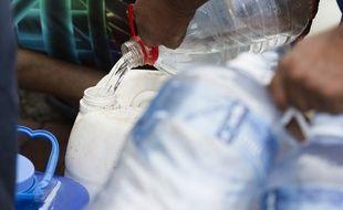 Des habitants du Cap collectent de l'eau le 19 janvier 2018.
