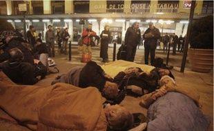 Une cinquantaine de personnes a participé au sit-in devant la gare pour dénoncer le manque de places d'hébergement d'urgence.