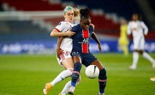 La latérale lyonnaise Ellie Carpenter, ici au duel avec la milieu offensive parisienne Sandy Baltimore, lors du précédent affrontement au Parc des Princes en novembre dernier.