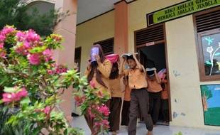 Les élèves des écoles d'Aceh connaissaient les consignes par coeur, à force d'exercices: ne pas paniquer et fuir dans les collines. Mercredi, le fort séisme qui a secoué la province indonésienne a été pour eux un examen grandeur nature. Passé avec mention.