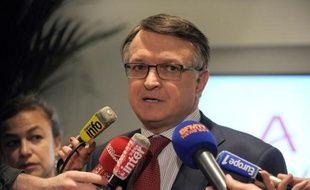 François Nogué, directeur des ressources humaines chez Areva, répond aux journalistes au siège social du groupe à La Défense, le 7 mai 2015