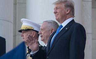 Donald Trump avec son chef d'Etat-major Joe Dunford (à g.) et son ministre de la Défense Jim Mattis, à Arlington (Virginie), le 29 mai 2017.