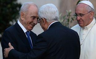 Les présidents israélien Shimon Peres et palestinien Mahmoud Abbas au Vatican, avec le Pape François le 08 juin 2014.