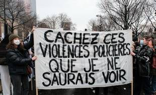 Des colleuses lors de la manifestation contre l'article 24 de la loi «sécurité globale» le 12 décembre 2020.