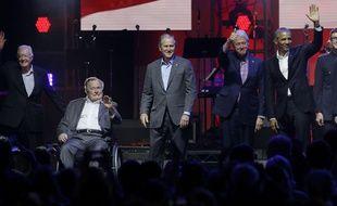 Barack Obama, George W. Bush, Bill Clinton, George H.W. Bush et Jimmy Cartersont montés côte à côte le 21 octobre 2017 sur scène au Texas pour un concert destiné à lever des fonds pour les victimes des ouragans qui ont ravagé le sud du pays et les Caraïbes