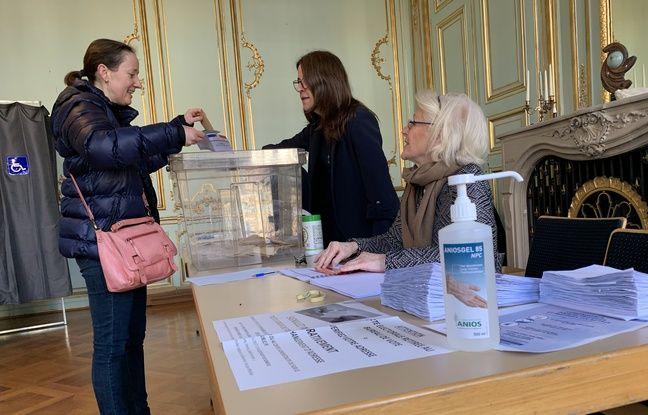 Illustration. Dans un bureau de vote au temps du coronavirus. Strasbourg le 15 mars 2020.