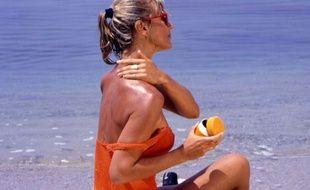 Une femme en maillot de bain à la plage.