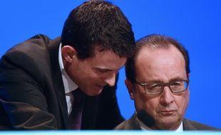 Manuel Valls parle à François Hollande le 18 novembre 2015 à Paris