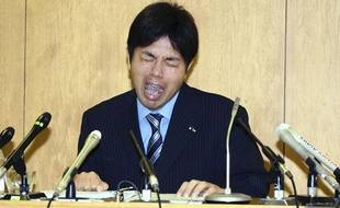 Ryutaro Nonomura, ancien député japonais, avait fondu en larmes en 2014 en présentant des excuses officielles, alors qu'il était accusé de détournement de fonds.