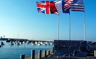 Drapeaux britannique, français et américain