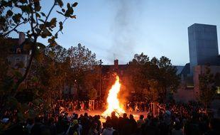 Un feu de joie a été allumé le 19 mai place Sainte-Anne à Rennes, obligeant la police à intervenir.