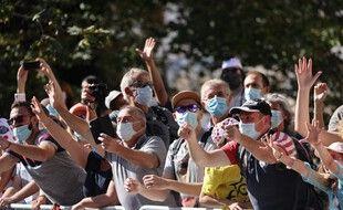 Des spectateurs masqués lors d'une étape du Tour de France 2021.