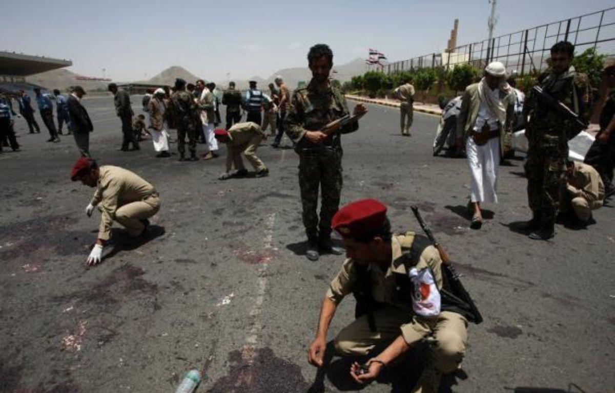 Six personnes ont été tuées et des dizaines d'autres blessées dans un attentat suicide mercredi à la sortie de l'académie de police à Sanaa, a indiqué un officier de la police judiciaire révisant à la baisse un précédent bilan de 20 morts. – Mohammed Huwais afp.com