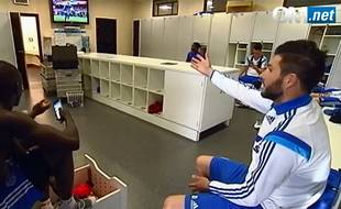 Des joueurs de l'OM regardent Guingamp-OL dans le vestiaire.