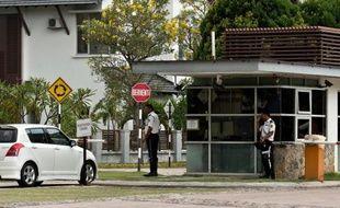 Des gardes à l'entrée du complexe résidentiel où habite le pilote Zahari Ahmad Shah, le 16 mars 2014 à Shah Alam près de Kuala Lumpur