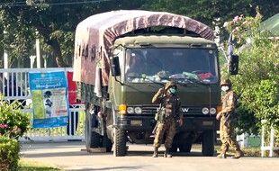 L'armée dans les rues de Naypyidaw, le 2 février 2021.