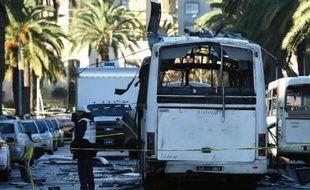 La police scientifique tunisienne autour du bus qui a explosé la veille à Tunis, le 25 novembre 2015