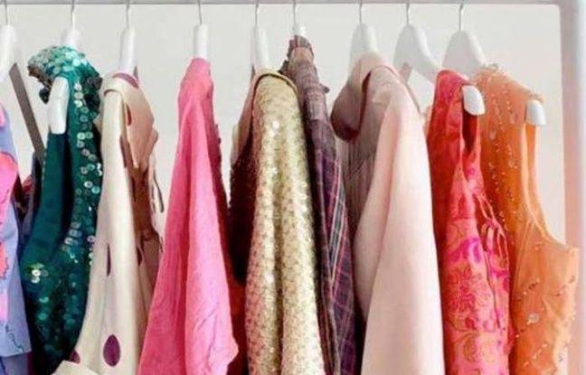 Portant de vêtements colorés