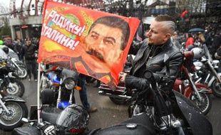 Des motards pro-Kremlin en route pour reconstituer la marche de l'Armée rouge vers Berlin, à Moscou le 25 avril 2015