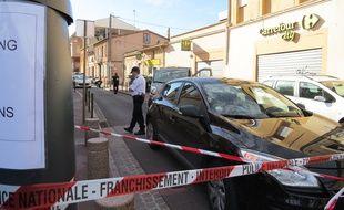 Rue de Varsovie, à Toulouse, vendredi 17 octobre, après le braquage de la supérette Carrefour City au cours duquel le braqueur a été tué par un policier.