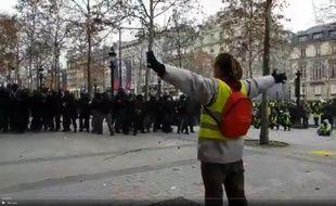 Le manifestant face aux CRS.