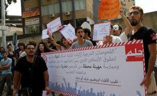 """Des dizaines de personnes ont manifesté samedi devant un tribunal de Beyrouth pour protester contre le recours à un """"test"""" anal pour les hommes soupçonnés d'être homosexuels, une orientation sexuelle illégale dans ce petit pays arabe."""