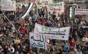 Des manifestants contre le régime de Bachar al-Assad, le 23 décembre 2011, à Binsh (Syrie).