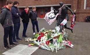 Peter, Laurens, Bas et Robin, quatre jeunes d'Amsterdam devant la statue de Johan Cruyff, le 25 mars 2016, au lendemain de l'annonce du décès de la légende néerlandaise.