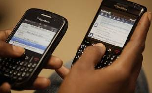 Illustration smartphone: Une personne utilise ses BlackBerry.