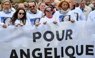 Les parents d'Angélique, violée et tuée par un pédophile récidiviste en mai dans le Nord, défilent lors d'une marche blanche en hommage à leur fille.