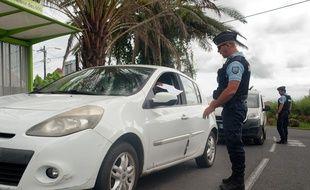 Contrôles de gendarmerie dans la commune du Tampon, sur l'île de la Réunion, pendant la période de confinement due à la pandémie de Covid-19.