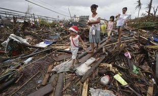 Des rescapés du typhon à Tacloban, aux Philippines, le 12 novembre 2013.