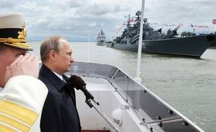 Le président russe Vladimir Poutine sur un navire militaire russe, le 26 juillet 2015 à Baltiisk, en Russie.
