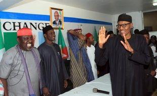 Le président élu du Nigeria Muhammadu Buhari (d) célèbre sa victoire électorale le 1er avril 2015 à Abuja