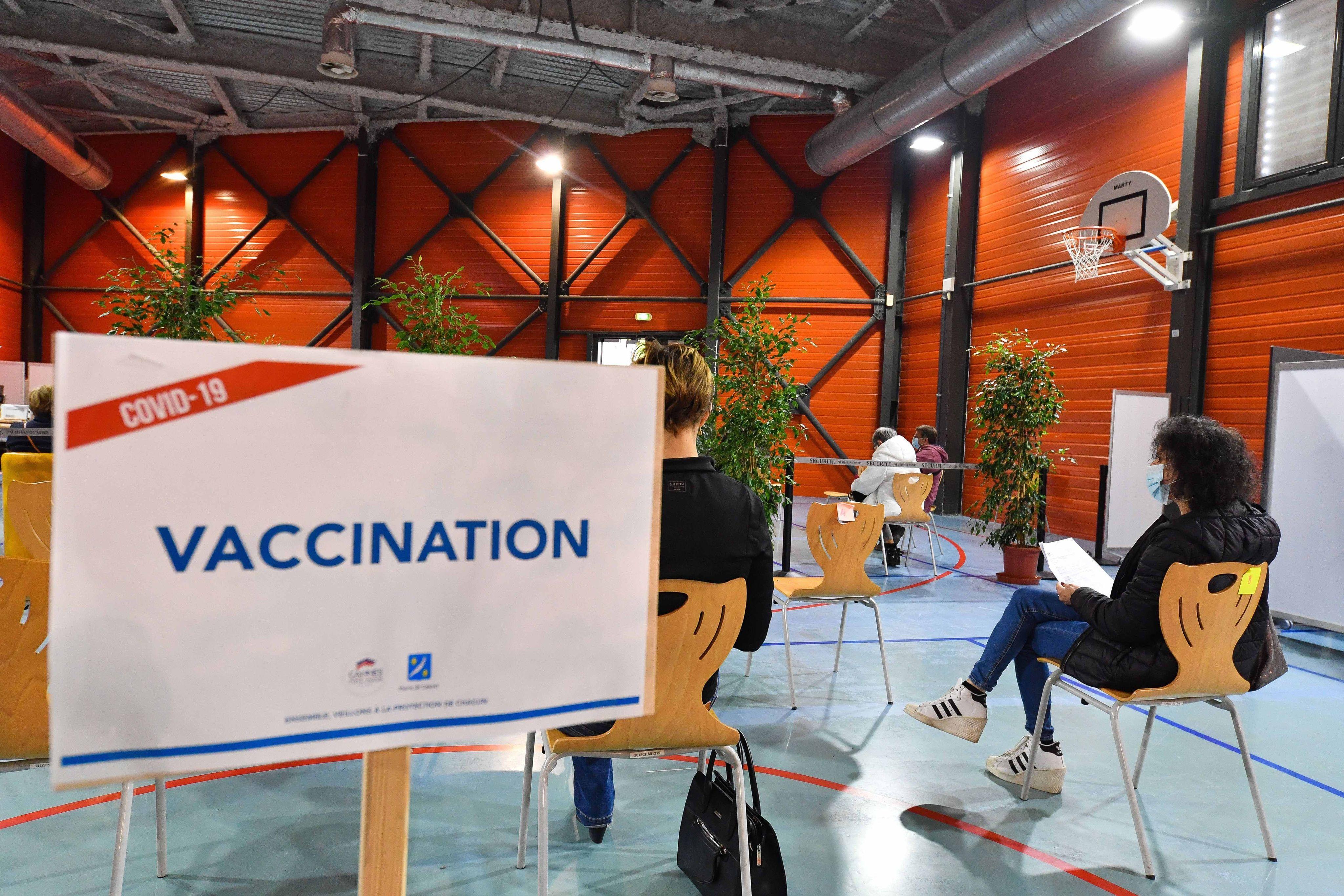 Un centre de vaccination à Cannes.