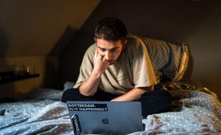 Illustration d'un étudiant et son ordinateur portable